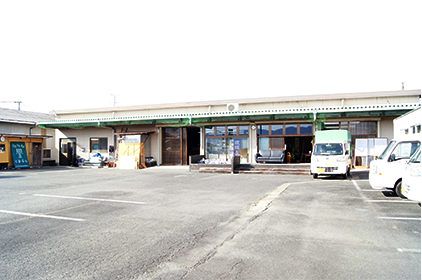広々とした駐車場。停めやすいですよ。